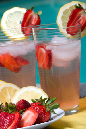 limonada: Dos copas de helado hecho en casa de color rosa fresa de limonada fr�a y caliente jarra de verano en el borde de la piscina.