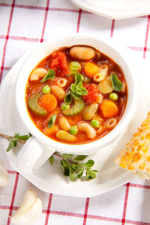 gressins: Closeup chaude du bol de soupe minestrone frais d'ail et de fromage gressins
