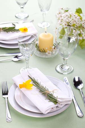 Tabella Daffodil impostazioni. Accordi con rosmarino fresco e giunchiglie giallo Archivio Fotografico - 5915514