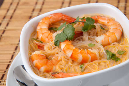 кинза: Closeup of bowl of Prawn Laksa soup with rice noodles, shrimps garnished with fresh cilantro. Фото со стока