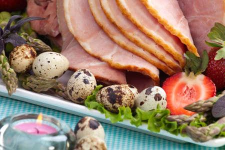 huevos de codorniz: Jam�n de miel sobre la mesa de semana Santa con huevos de codorniz, tulipanes y decoraci�n