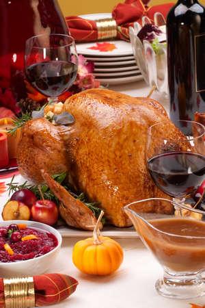 Garnished geröstete Türkei im Urlaub dekoriert, Tabelle mit Kürbissen und Gläser Rotwein