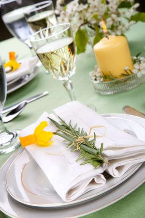 Tabella Daffodil impostazioni. Accordi con rosmarino fresco e giunchiglie giallo Archivio Fotografico - 6847249