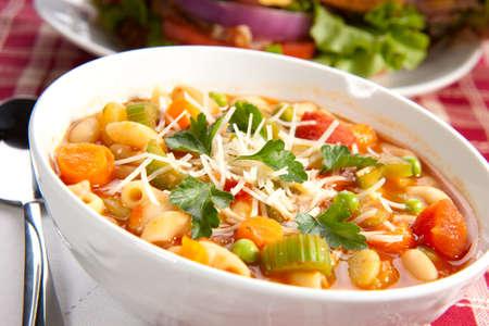 Close-up van een kom warme verse minestrone soep