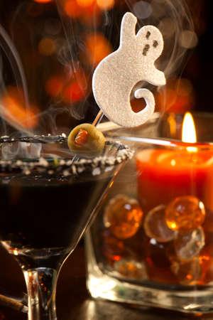 verm�: Detalle de Scary Martini, vodka negro, vermouth, adornado con oliva - serie de bebidas de Halloween