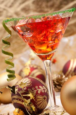 copa martini: Vidrio de cóctel de Navidad en Copa de martini y adornos navideños