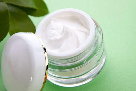 cremas faciales: Detalle de la jarra de hidrataci�n enfrentan c�tricos frescos y crema