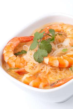 vermicelli: Detalle de taz�n de sopa de gambas Laksa con arroz de fideos, camarones, decorados con cilantro fresco.
