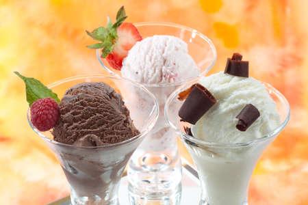 chocolate ice cream: Vue rapproch�e de d�licieux vanille, la fraise et chocolat cr�me glac�e avec baies fra�ches, de menthe et de tourbillons de chocolat.