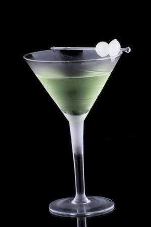 verm�: Kyoto c�ctel en Copa de martini refrigeradas sobre fondo negro en superficie de reflexi�n. Color verde, gin, vermouth seco, licor de mel�n, adornado con cebolla Perla marinado. Serie de c�cteles m�s popular.