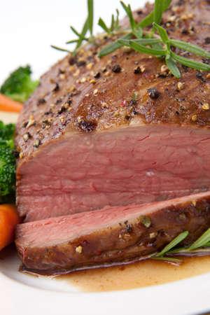 beef: Carne asada lomo tri-punta, adornado con verduras
