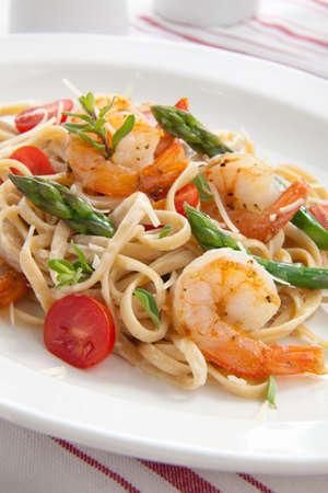 mazzancolle: Linguine di grano intero sano con gamberetti, asparagi, pomodori, formaggio parmigiano fresco e origano.