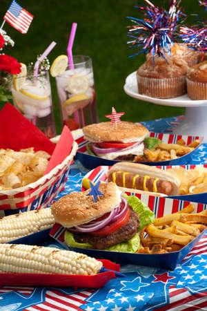 fourth of july: Hot dog, hamburger mais e il 4 luglio in picnic tema patriottico