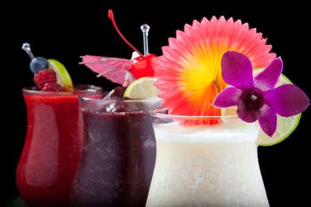 Banana, cocktail Daiquiri Mirtillo e Lampone. Rum, banane, mirtilli, lamponi, liquore, succo di lime guarnito con calce e lamponi freschi su sfondo nero. Cocktail più popolari serie.