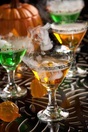 verm�: Primer plano de la bruja de sangre Martini, vodka, ginebra, vermut, licor - Halloween bebidas serie Foto de archivo