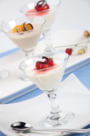 Close-up van Strawberry Panna Cotta Dessert gegarneerd met Alpine aardbeien en chocolade schaafsel.