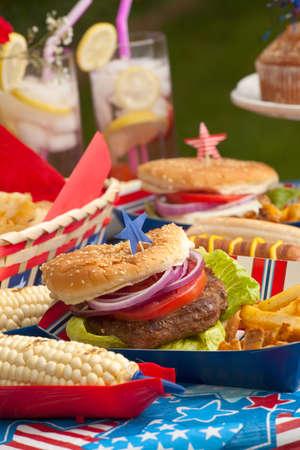 fourth of july: Hot dog, hamburger di mais e il 4 luglio del pic-nic in tema patriottico