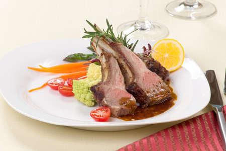 pasen schaap: Rosemary geroosterde lamskoteletten ribben gegarneerd met asperges, geglaceerde worteltjes,, druif tomaten, en micro greeens