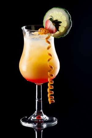 coctel de frutas: Popular Tequila c�ctel Salida del sol sobre fondo negro en la superficie de reflexi�n, aderezado con lim�n, fresa y naranja torcer serie de c�cteles m�s populares