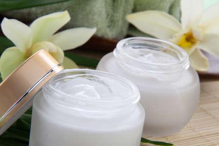 cremas faciales: Blanca flor de la orqu�dea Cymbidium y tarro de crema hidratante cara para tratamiento de spa