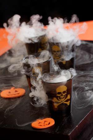 Nahaufnahme Tödlicher Schuss, Wodka und Paprika - Halloween Getränke-Serie Standard-Bild