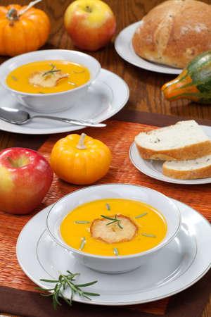 ロースト リンゴとローズマリーとおいしいかぼちゃスープ ボウルのクローズ アップ