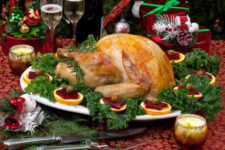 cena navide�a: Navidad decorado con mesa de fiesta, los regalos, el pavo asado, velas, champa�a, y el �rbol de Navidad en la espalda