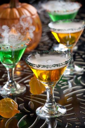 verm�: Primer plano de la bruja de sangre Martini, vodka, ginebra, vermut, licores - Halloween serie bebidas