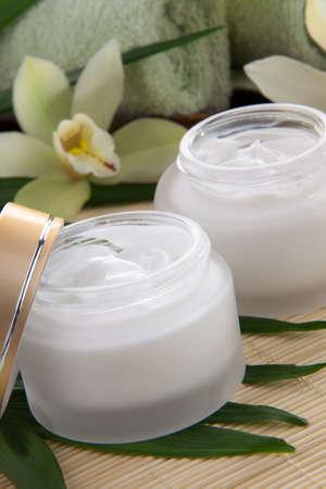 White Cymbidium orchid flower and jar of moisturizing face cream for spa treatment Zdjęcie Seryjne - 15157692