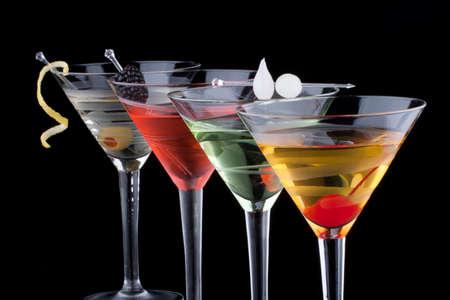 coctel de frutas: Martini cl�sico en el vidrio fr�o sobre fondo negro en la superficie de reflexi�n, adornado, cereza marrasquino, onoions marinadas perla, aceitunas y lim�n torcer serie c�cteles m�s populares