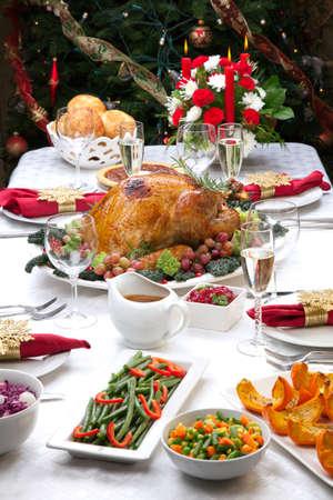 comida de navidad: Alquiler de decorados en la tabla, árbol de Navidad, champán, y el pavo asado Foto de archivo