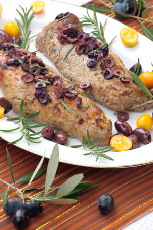 verm�: Delicioso lomo de cerdo asado con aceitunas, vermut y c�tricos Foto de archivo