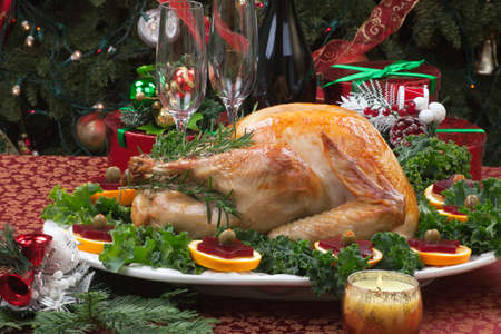 högtider: Jul-dekorerade bord med fest, presenter, rostade Turkiet, ljus, champagne, och julgranen på baksidan
