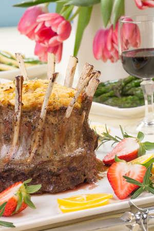 pasen schaap: Crown gebraden lamsvlees met appel rozemarijn vulling Gegarneerd met verse aardbei, citroen en rozemarijn takjes Bijgerechten - asperges, geglaceerde worteltjes en bonen