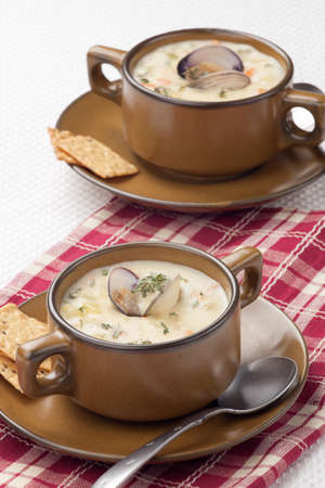 Bowls of hot delicious clam chowder garnished with fresh thyme, and multy grain crackers 版權商用圖片