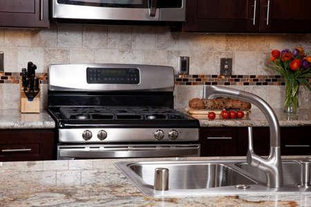 Modernes Haus neue zeitgenössischen Luxus eigene Küche und Erfrischungen auf exotischen Granit Standard-Bild
