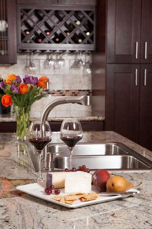 cuisine de luxe: Maison moderne cuisine contemporaine neuve personnalis�e de luxe et des rafra�chissements sur comptoir de granit exotique Banque d'images