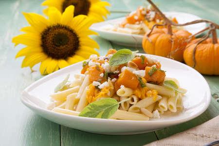 queso de cabra: De grano entero saludable Penne Pasta en forma de tubo con calabaza, queso de cabra, salvia y pi�ones