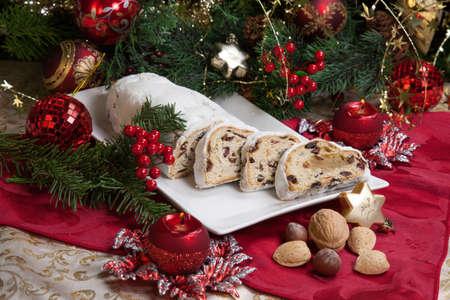 weihnachtskuchen: Traditionelle deutsche Weihnachtskuchen - Cranberry Stollen, Weihnachtsbaum, Verzierungen und Kerzen Lizenzfreie Bilder