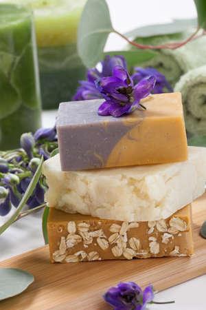 Spa set - assortiment aromatische organische handgemaakte zeep, verse Delphinium bloemen en eucalyptus blad Meest geschikt voor ontspanning en gezondheid commercials Stockfoto