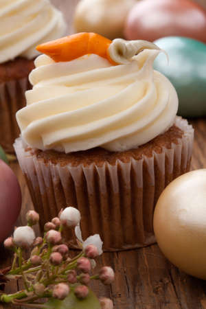 Twee wortelcake muffins, Paaseieren, en lente bloeiende takjes
