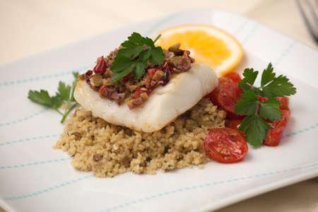 pescado frito: Halibut al horno con costra de aceitunas tapenade con guarnici�n de cusc�s, tomates cherry fritos y perejil fresco