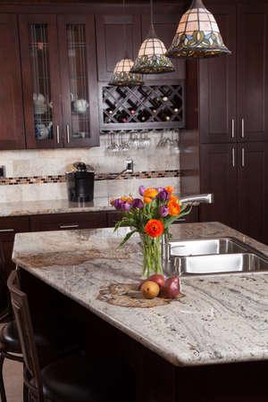 現代家新しい現代的な高級カスタム キッチンやエキゾチックな花こう岩のカウンター トップの軽食 写真素材 - 27712727