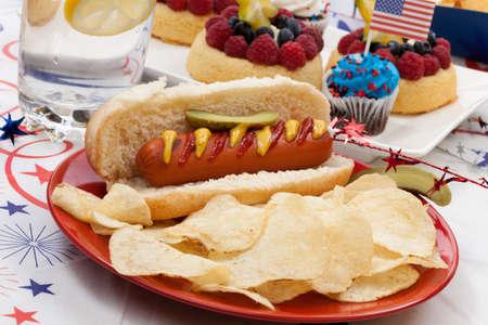 angel de la independencia: Perros calientes, patatas fritas y pepinos en vinagre �ngel pasteles de frutas alimentos y panecillos en 4 de julio en tema patri�tico en segundo plano