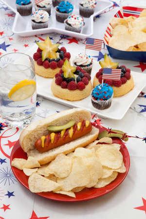 angel de la independencia: Perros calientes, patatas fritas y pepinos en vinagre �ngel pasteles y panecillos de fruta de alimentos Foto de archivo