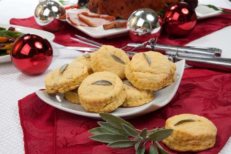 comida de navidad: Galletas salvia Plato de acompañamiento y tostado aderezado talladas aperitivos jamón con adornos de Navidad. Foto de archivo
