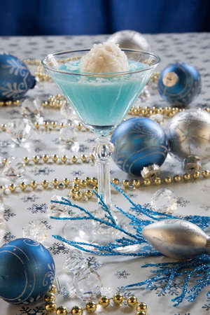 winter wonderland: Primo piano di Winter Wonderland cocktail, guarnito con noce di cocco alla vaniglia palla di gelato sul Natale decorato tabella di festa con addobbi natalizi. Cocktail Vacanze serie.