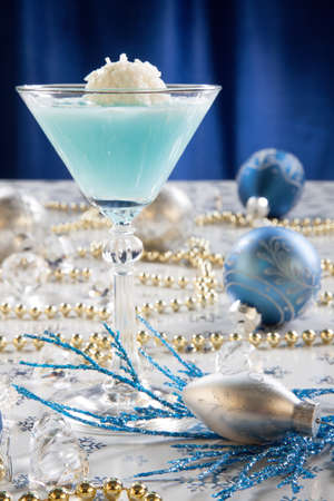 winter wonderland: Primo piano di Winter Wonderland cocktail, guarnito con vaniglia di cocco palla di gelato sul Natale decorato tabella di festa con addobbi natalizi. Cocktail Vacanze serie.