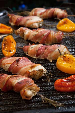 brochetas de frutas: Ofertas a la parrilla envueltos en tocino de pollo con limón y romero en las verduras a la parrilla parrilla wih - pimientos, y y berenjenas.