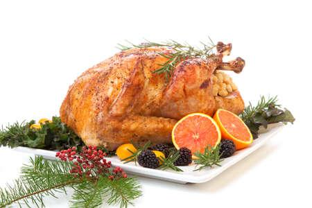 pavo: Pavo relleno asado con guarnición de frutas frescas y las hierbas para la cena navideña.